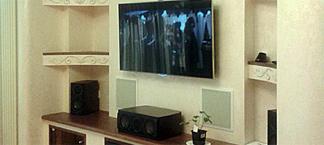 Домашний кинотеатр с проектором и экраном